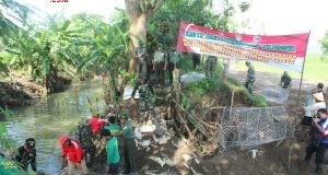 Karya bakti pembuatan tanggul bronjong Sungai Situri dipimpin Dandim Sukoharjo.