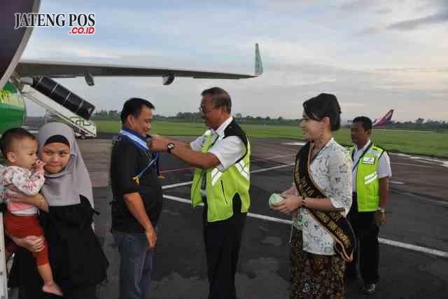 PENYAMBUTAN : Para penumpang dari pesawat Citylink yang landing Senin (1/1) diberi pengalungan bunga dan sovenir sebagai penyambutan penumpang pertama di tahun 2018 di Bandara Ahmad Yani Semarang.