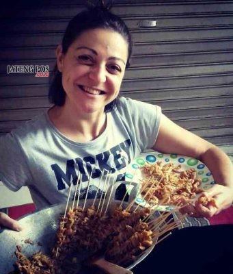 DARMASISWA: Alma Sarac, mahasiswa asal Bosnia saat menunjukkan hidangan asli Indonesia untuk jadi bahan penelitian.