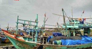SANTAI : Sejumlah perahu kapal milik para nelayan Kendal bersandar di sepanjang muara, usai melakukan aktivitasnya mencari ikan.