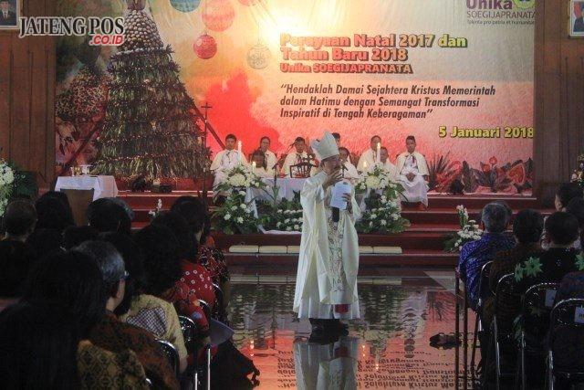 Uskup Agung Semarang Mgr Robertus Rubiyatmoko saat memberikan pesan dan motivasi kepada karyawan dan dosen Unika.