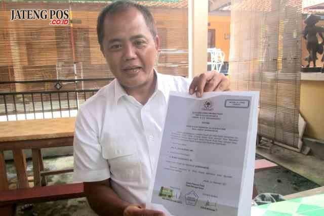 Bupati Karanganyar Juliyatmono menunjukan sejumlah Surat Keputusan usulan bakal calon di Pilkada 2018.