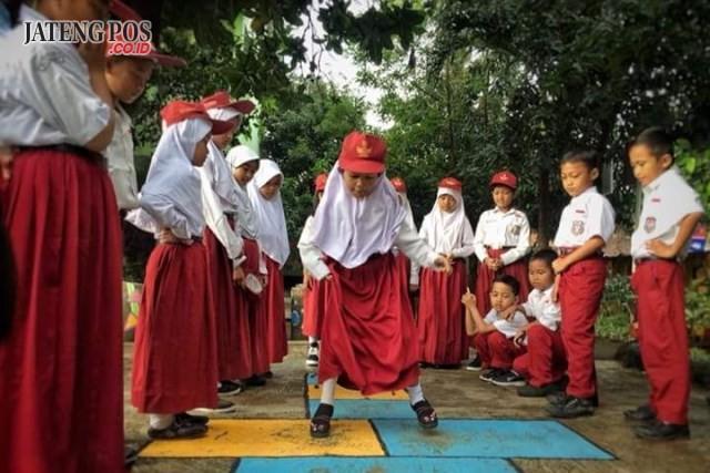 LESTARIKAN PERMAINAN TRADISIONAL: Zaman sudah berubah. Anak anak lebih sering bermain gadget mereka.Padahal permainan tradisional indonesia begitu seru, beragam, dan melibatkan aktivitas motorik pada anak agar selalu aktif, lincah, dan dapat menjalin interaksi dengan yang lain. Mari lestarikan permainan tradisional.