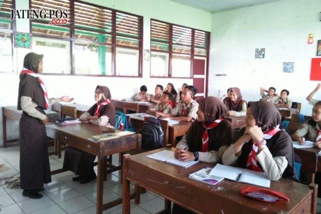 ANAK HEBAT. Presentasi Bahasa Jawa KD Menelaah Teks Piwulang Serat Wulangreh Pupuh Kinanthi. SMP N 28 Semarang Kec. Tugu Kota Semarang.