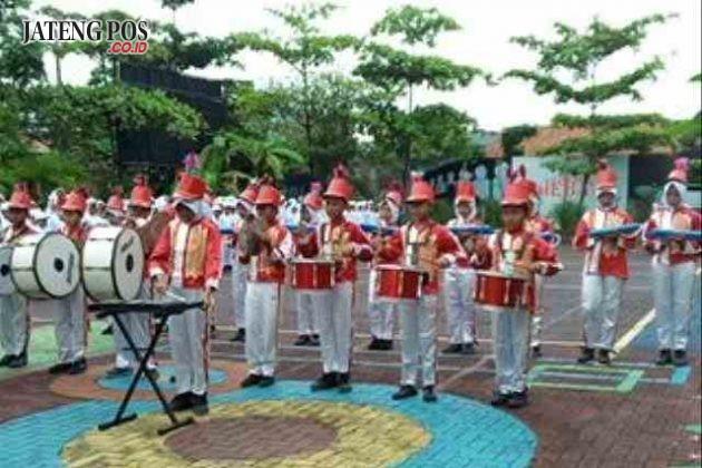 TAMPIL: Drum Band SD Gebangsari 03 tampil saat pelantikan dokter kecil se kecamatan Genuk Semarang.