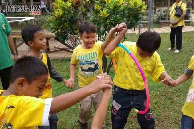 KEKOMPAKAN: Pembelajaran di luar kelas: Siswa kelas 2A SDN Pendrikan Lor 03 berlatih kekompakan dan kerjasama dalam satu tim di Tirta Arum Kendal.