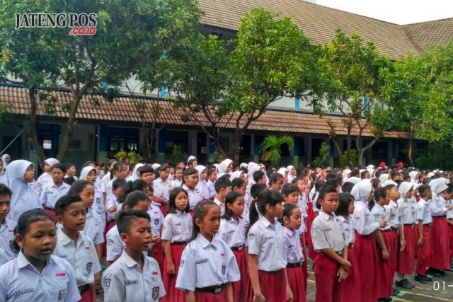 PERFORMANCE: Morning perfomance students of Pekunden Elementry School at Pembiasaan. Morning All. God Bless you. Amin.