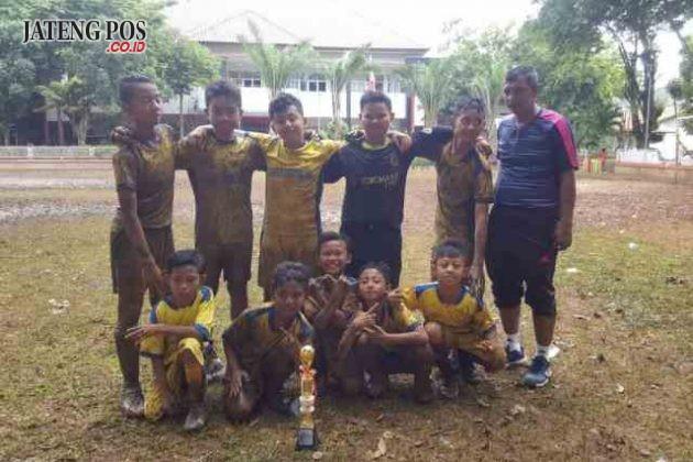 SEPAK BOLA HEBAT: Tim sepakbola dari SDN PENDRIKAN KIDUL berhasil menyabet juara 1 dalam POPDA Tk. Kecamatan. Selamat anak- anakku perjuanganmu sangat berarti meski harus berkubang lumpur