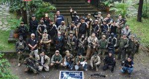 SOLIDARITAS : Para anggota komunitas Cannon Gel Airsoft Semarang berfoto bersama disela kegiatan syukuran yang digelar di Kebun Duren Watu Simbar Pakintelan.