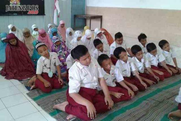 RELIGIUS: Sholat Dhuhur menjadi budaya siswa SDN Pleburan 04. Tanpa diperintah dan didampingi oleh guru dalam kegiatan ini dua nilai utama sudah diwujudkan oleh siswa yaitu nilai religius dan mandiri.