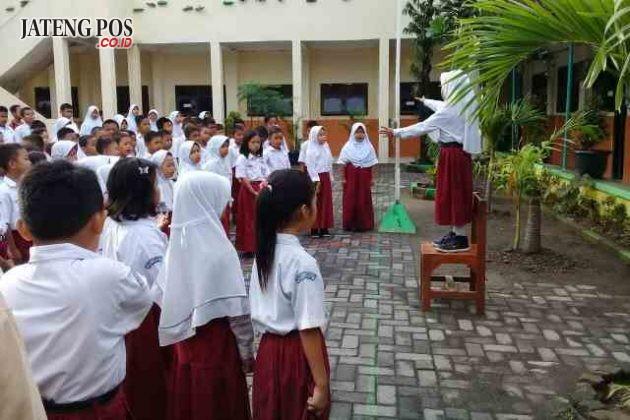 MENYANYIKAN LAGU NASIONAL: Kegiatan PPK setiap hari Rabu SDN Tugurejo 03 UPTD Pendidikan Kec Tugu menyanyikan lagu Indonesia 3 stansa, Mars PPK dilanjutkan PBB untuk menanamkan sikap disiplin dan tanggungjawab. Salam PPK