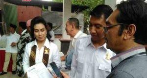 Komisioner KPU Drajat melakukan verifikasi anggota Partai Gerindra dengan video call didampingi Ketua dan Sekretaris DPC Partai Gerindra Sukoharjo.