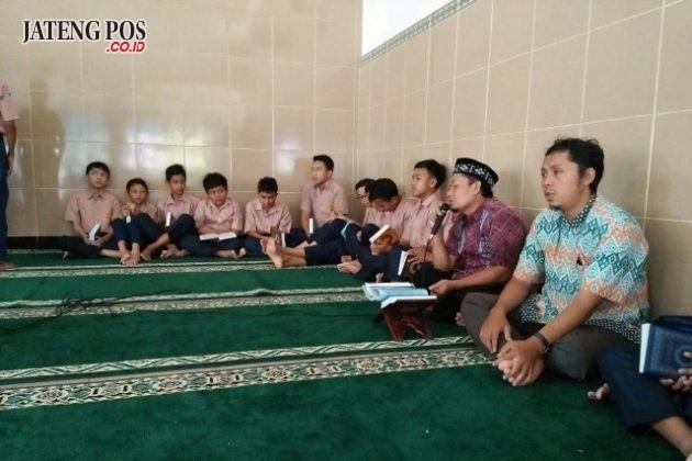 MENGHAFAL: Jumat menghafal dari SMPN 27 Semarang sebagai pendidikan karakter religius bagi siswa muslim. Selamat dan sukses.