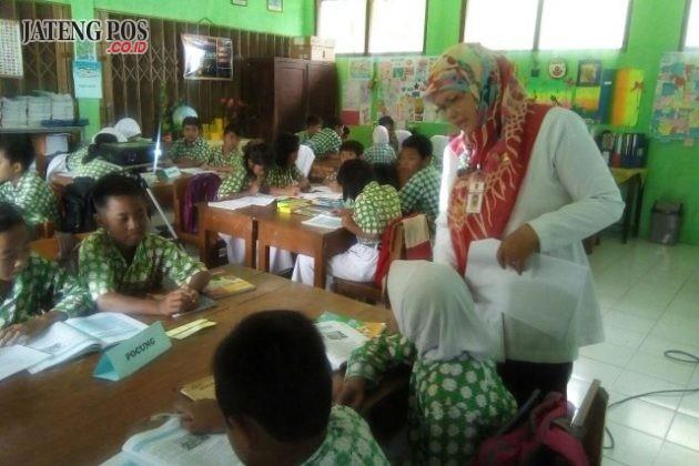 BAHASA JAWA: Kegiatan pembelajaran bahasa Jawa berbasis IT di SDN Karanganyar Gunung 02 membuat anak-anak aktif dan kreatif serta menyenangkan. Salam PPK.