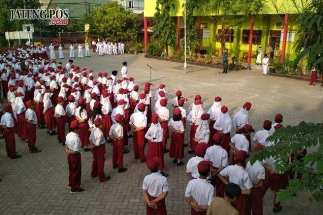 KERJASAMA: Kegiatan Upacara kerjasama SD Negeri Palebon 01 Semarang dengan Babinsa Kelurahan Palebon. Selamat
