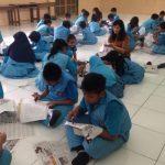 MEMBATIK: SD Negeri Pendrikan Lor 03 Semarang membekali siswa dengan ketrampilan membatik sebagai upaya melestarikan batik nusantara umumnya.