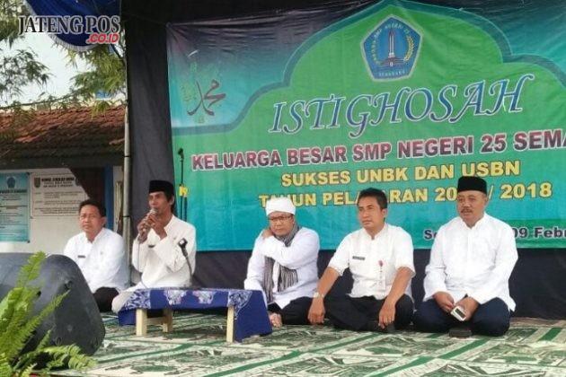ISTIGHOSAH: Dalam rangka sukses UNBK dan USBN SMPN 25 Semarang Jumat 9 Februari 2018 mengadakan Istighosah dengan Ustad KH. Hamami, S.Ag, M.M.