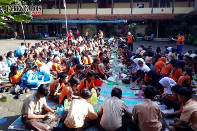 TOLERANSI: Kegiatan makan bersama SD Srondol Kulon 02 untuk Penanaman toleransi & kebersamaan,Jumat 9 Feb 2018. Salam PPK.