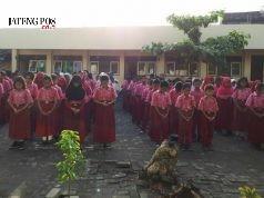 KHUSUK : Siswa SDN Tanjung Mas Semarang Utara ketika membaca doa bersama sebelum kegiatan belajar dimulai.