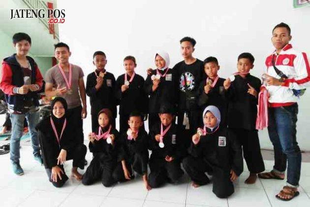 MEDALI EMAS: Alhamdulilah Khoirul siswa SDN Tugurejo 03 mendapat medali emas dalam lomba pencak silat tingkat Propinsi Jawa Tengah yang diadakan di Kendal