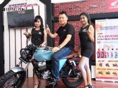 MOTOR SPORT : Yohanes Kurniawan, Region Head Astra Motor Jateng bersama SPG saat memamerkan Honda New CB 150 Verza versi Modifikasi. Prapno/Jateng Pos