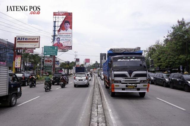 APK ILEGAL:Baliho pasangan Ganjar Pranowo-Taj Yasin di Jalan Setia Budi Semarang ini diduga ilegal. Namun demikian, baliho itu tidak ditertibkan oleh Panwaslu Kota Semarang. Selain di Jalan Setia Budi, masih banyak baliho pasangan cagub/cawagub yang terpasang secara ilegal.