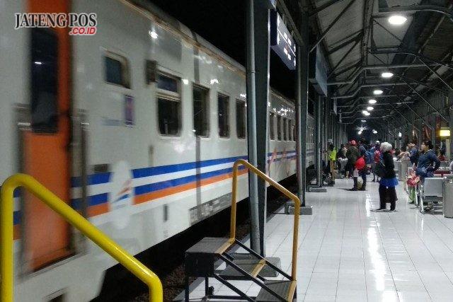KERETA : Tampak kereta hendak melayani penumpang di Stasiun Tawang Semarang. Tinggi penumpang membuat PT KAI Daop 4 Semarang menambah kereta KA Kaligung. Alkomari/Jateng Pos