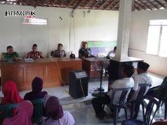 PENJELASAN : Pihak kelurahan memberikan penjelasan kepada warga terkait pembagian rastra. Adhi pramanto/jateng pos