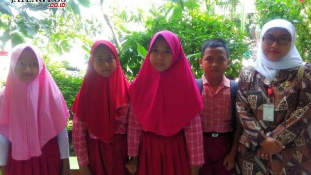 PRESTASI : Empat siswa SDN Tlogosari Wetan 02 Kecamatan Pedurungan menjadi kebanggaan sekolah didampingi guru kelas usai ikuti lomba yang dilaksanakan oleh Dinas Pendidikan.