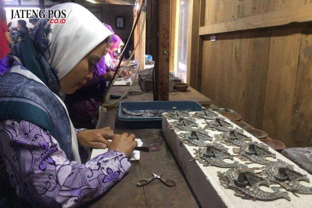 ZEM SILVER - Arsyad (33), sosok warga Desa Mijen Kecamatan Kebon Agung Demak yang berhasil mengangkat ekonomi warga dan desanya melalui produk Zem Silver. FOTO : ANING KARINDRA/JATENG POS