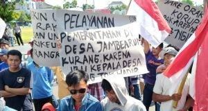 DEMO : Puluhan warga Desa Jambearum Kecamatan Patebon melakukan aksi unjuk rasa di depan pintu gerbang Pemkab Kendal
