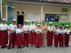 PRESTASI : Para siswa SDN Tanjung Mas Semarang Utara bersama kepala sekolah Siti Lestari usai meraih prestasi di Popda Kota Semarang.