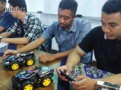 KREATIF INOVATIF: Mahasiswa Teknik Elektro Unika saat mempraktikkan robotik android di kampus, kemartin.