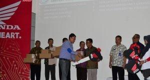 Penyerahan donasi kepada 7 SMK Binaan oleh Yohanes Kurniawan, Region Head Astra Motor Jateng