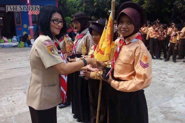 PRESTASI : Kepala sekolah SD Bendungan Ida Ayu Adiwirati MPd memberi selamat ke siswanya yang menjuarai jambore kwaran Kecamatan Gajahmungkur.