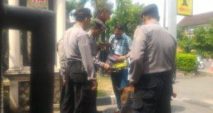 ANTISIPASI : Sejumlah petugas kepolisian memeriksa pengunjung yang akan masuk ke Mapolresta Solo, Rabu (16/5). Polisi memperketat penjagaan pasca rentetan teror yang terjadi sejak MInggu (13/5). (Wijayanti/Jateng Pos)