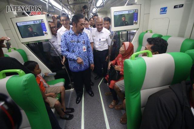 MEWAH : KA Solo Expres dengan rute Solo-Jogja-Kutoarjo resmi dilaunching, Kamis (17/5) di Stasiun Solo Balapan. Selama empat hari ke depan PT KAI menggartiskan tiket naik kereta berkapasitas 200 orang itu. (Wijayanti/Jateng Pos)