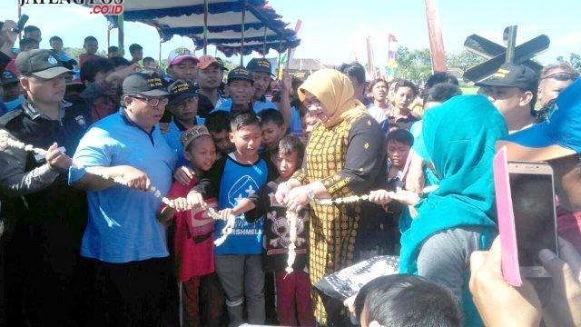 DIRESMIKAN: Bupati Sragen Yuni resmikan pembangunan gapura masuk Desa Ngarum, Ngrampal. Foto. ARI SUSANTO /JATENGPOS.