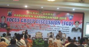 DISKUSI: Gus Dian Nafi menyampaikan pesan perdamaian saat FGD di Hotel Taman Sari Karanganyar.