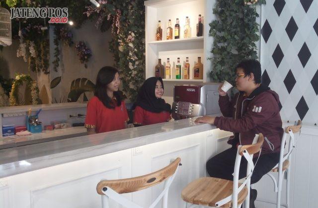 SANTAI : Seorang pengunjung tengah menikmati suasana santai pada mini café Old City 3D Trick Art Museum Kota Lama Semarang. Foto : DWI SAMBODO/JATENG POS.