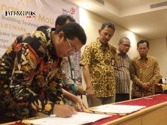 KERJASAMA : Guntur Raditya, CEO PT Cita Kayana Semesta tengah menandatangani kerjasama dengan PT Telkom Indonesia. Foto : DWI SAMBODO/JATENG POS.