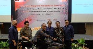 Penyerahan 1 unit CBR250RR kepada SMK 3 Muhammadiyah Weleri kepada Bapak Yusuf Darmawan selaku Kepala Sekolah.