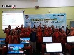 SEMANGAT: Para guru dan pengisi acara foto bersama dengan semangat untuk belajar menulis di Aula SMPN 4 Salatiga. Foto: tukijo/ for jateng pos
