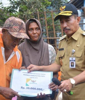 DISERAHKAN: Bupati Haryanto menyerahkan bantuan bedah rumah Baznas kepada keluarga Jurio. foto:istimewa