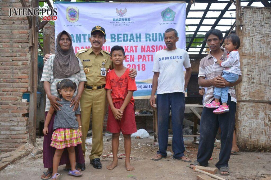 FOTO BERSAMA: Bupati Haryanto foto bersama keluarga Jurio, penerima bantuan Baznas. foto:istimewa