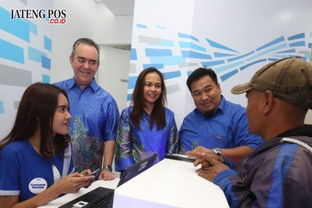 XPLOR: Chief Premium Segment Of¿ cer XL Axiata Rashad Javier Sanchez, Group Head Direct Channel XL Axiata Roswida Sidauruk, GM Sales Operation XL Axiata West Java Area Tommy Chandra Dirgantara berbincang dengan pelanggan pada pembukaan XPLOR Lembang di Jalan Raya Lembang No. 243, Kabupaten Bandung Barat, Jumat ( 11/5 ).