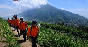 PENDAKIAN GUNUNG MERAPI DITUTUP:Sejumlah tim evakuasi gabungan melintas dijalur pendaki Gunung Merapi dengan berlatar belakang Gunung Merbabu di Selo, Boyolali, Jawa Tengah, Jumat (11/5). Menurut data Pos Pendakian Gunung Merapi Selo saat terjadi letusan freatik Gunung Merapi terdapat sedikitnya 160 pendaki berada di Gunung Merapi, dan sejanjutnya pendakian Gunung Merapi ditutup hingga batas waktu yang belum ditentukan. ANTARA FOTO/Aloysius Jarot Nugroho/aww/18.
