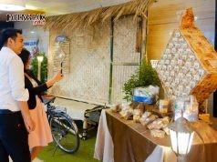RAMADHAN : Replika Ketupat Roti Panggang tarik minat pengunjung Aston Semarang untuk berfoto selfie. Foto : DWI SAMBODO/JATENG POS.