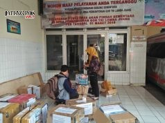 BERKEMAS : Sejumlah staf DKK Semarang mulai mengemasi berkas-berkas penting di kantornya untuk dipindahkan ke Hotel MG Setos, Semarang, Selasa (22/5).