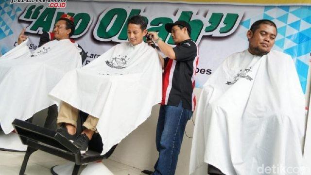 RAPIKAN RAMBUT: Wakil Ketua Dewan Pembina Partai Gerindra Sandiaga Salahudin Uno tampak rambutnya dirapikan oleh salah satu peserta kursus tukang cukur.